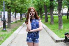 La bella e ragazza teenager snella è nel parco Fotografia Stock