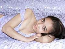 La bella fabbricazione sembra più giovane la ragazza a letto Fotografia Stock