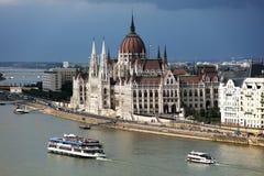 La bella facciata della costruzione ungherese del Parlamento di Budapest Fotografia Stock
