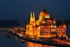 La bella facciata della costruzione ungherese del Parlamento di Budapest alla notte Immagine Stock
