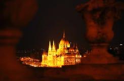 La bella facciata della costruzione ungherese del Parlamento di Budapest alla notte Fotografia Stock