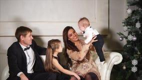 La bella famiglia sta godendo insieme del loro tempo la vigilia del ` s del nuovo anno stock footage