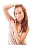 La bella femmina dai capelli rossi si è vestita in un vestito rosa Fotografia Stock