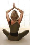 La bella figura esile atletica perfetta bionda sexy impegnata nell'yoga, nell'esercizio o nella forma fisica, conduce uno stile d Fotografia Stock