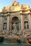 La bella fontana di Trevi emette luce alla luce del tramonto Fotografia Stock Libera da Diritti