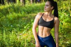 La bella forma fisica della donna di misura si esercita all'aperto Fotografia Stock