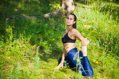 La bella forma fisica della donna di misura si esercita all'aperto Fotografia Stock Libera da Diritti