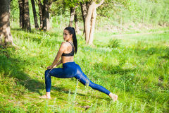 La bella forma fisica della donna di misura si esercita all'aperto Immagine Stock Libera da Diritti