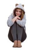 La bella giovane bionda si siede su un pavimento Immagine Stock Libera da Diritti