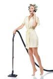 La bella giovane casalinga con il telefono cellulare è immagine stock