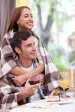 La bella giovane coppia amorosa sta rilassandosi in caffè Fotografia Stock