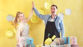 La bella giovane coppia laboriosa attiva sta dando su cinque e sorridere archivi video