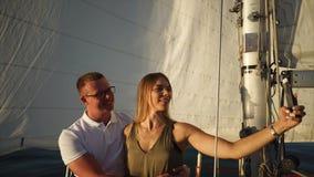 La bella giovane coppia sta prendendo il selfie a bordo di un yacht archivi video