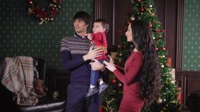La bella giovane coppia sta preparando celebrare il Natale Donna con capelli neri lunghi che portano un bello vestito, lei stock footage