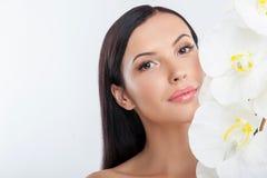 La bella giovane donna è preoccuparsi della sua pelle immagini stock