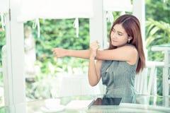La bella giovane donna asiatica di affari è si rilassa l'allungamento in all'aperto Immagine Stock