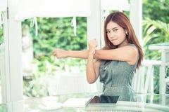 La bella giovane donna asiatica di affari è si rilassa l'allungamento in all'aperto, Fotografie Stock