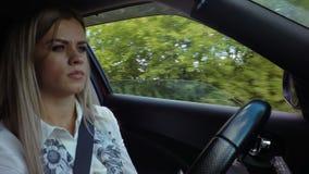 La bella giovane donna bionda determina il video di riserva del metraggio dell'automobile stock footage