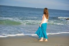 La bella giovane donna cammina lungo l'oceano Fotografia Stock Libera da Diritti