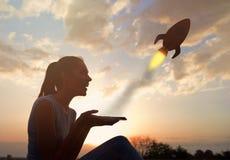 La bella giovane donna che si siede all'aperto, facendo uso di una compressa, inizia sul concetto immagini stock libere da diritti