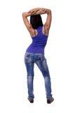 La bella giovane donna che sta le mani indietro piegate si è alzata sopra la sua testa isolata su fondo bianco Fotografie Stock