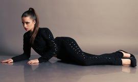 La bella giovane donna con capelli scuri indossa i vestiti eleganti Fotografia Stock Libera da Diritti