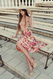 La bella giovane donna con capelli scuri lunghi porta il vestito elegante ed il cappello fotografie stock