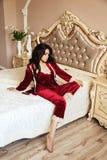 La bella giovane donna con capelli scuri nella casa elegante copre la posizione Immagine Stock Libera da Diritti