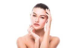 La bella giovane donna con il tocco fresco pulito della pelle possiede il fronte Trattamento facciale fotografie stock