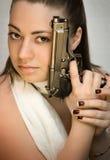 La bella giovane donna con le armi da fuoco in mani Immagini Stock Libere da Diritti