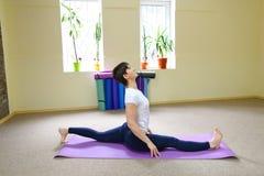 La bella giovane donna con moro si esercita di yoga Fotografie Stock