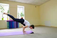La bella giovane donna con moro si esercita di yoga Immagine Stock