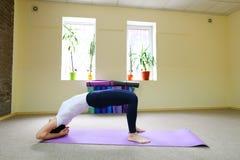 La bella giovane donna con moro si esercita di yoga Immagine Stock Libera da Diritti