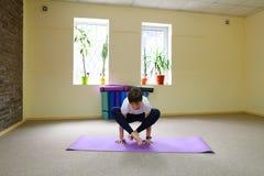 La bella giovane donna con moro si esercita di yoga Immagini Stock Libere da Diritti