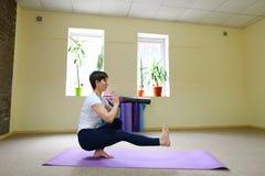 La bella giovane donna con moro si esercita di yoga Fotografia Stock Libera da Diritti