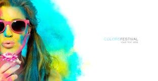 La bella giovane donna coperta in arcobaleno ha colorato la polvere Colora il festival Concetto della molla di bellezza immagine stock libera da diritti