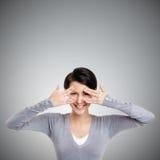 La bella giovane donna copre i suoi occhi di mani Fotografie Stock Libere da Diritti