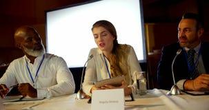 La bella giovane donna di affari caucasica parla nel seminario di affari in sala 4k archivi video