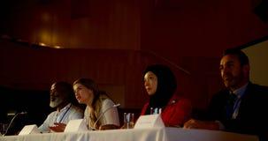 La bella giovane donna di affari caucasica parla nel seminario di affari in sala 4k video d archivio