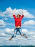La bella giovane donna divertente felice della testarossa salta Immagini Stock Libere da Diritti