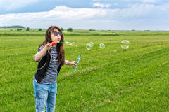 La bella giovane donna fa le bolle di salto Fotografia Stock Libera da Diritti