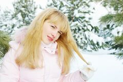 La bella giovane donna gioca con i suoi capelli dorati all'aperto Fotografie Stock Libere da Diritti