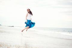 La bella giovane donna ha divertimento sul puntello dell'oceano Immagine Stock Libera da Diritti