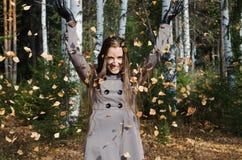 La bella giovane donna in legno di autunno Fotografia Stock