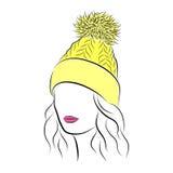 La bella giovane donna nel giallo ha tricottato il cappello con il pompon illustrazione di stock
