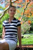 La bella giovane donna nell'isola tropicale Fotografia Stock