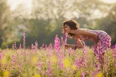 La bella giovane donna in primavera fiorisce all'aperto Fotografia Stock Libera da Diritti