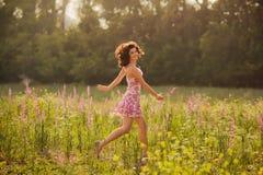 La bella giovane donna in primavera fiorisce all'aperto Fotografia Stock