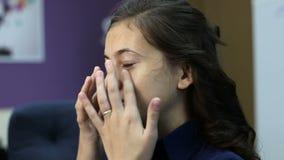 La bella giovane donna rimuove la maschera facciale in un centro di bellezza archivi video