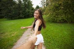 La bella giovane donna sexy tiene la mano di un uomo in un grano fi Fotografie Stock Libere da Diritti